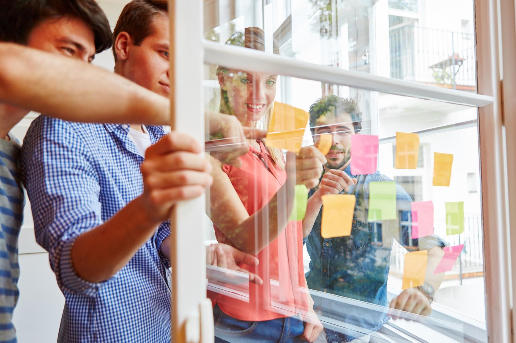 Start-Up Team sammelt Ideen auf Haftnotizen