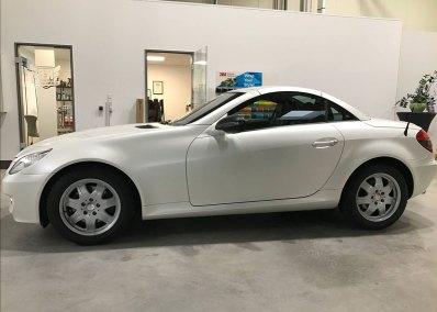Car-Wrapping-Mercedes-SLK-Vollfolierung-Satin-Pearl-White-Seitenansicht