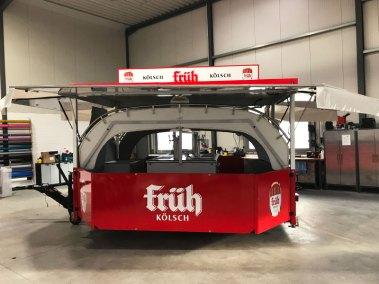 hplusb-design-autofolierung-anhaenger-frueh-koelsch-rot-weiss-offen