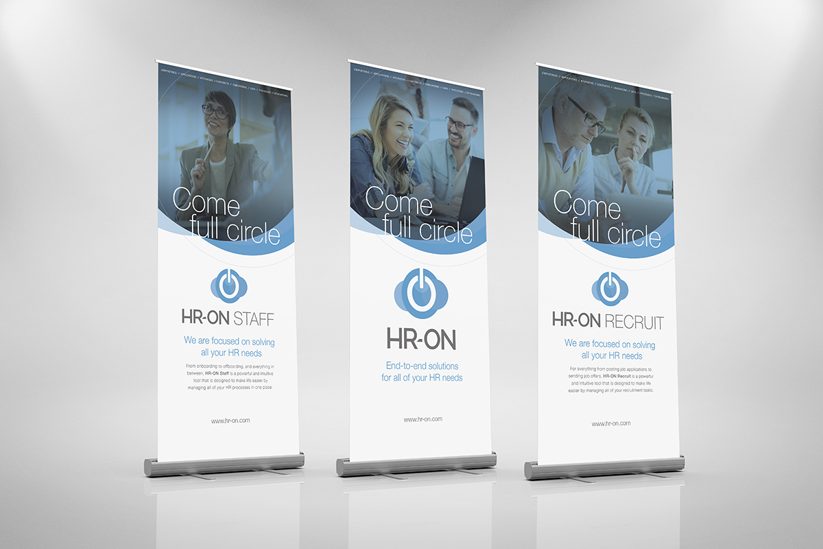 HR-ons visuelle identitet på et roll-up banner