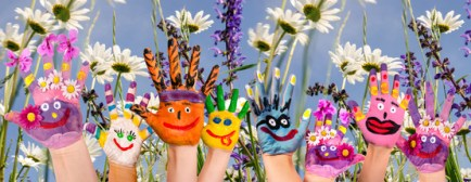 Glcklich sein: Hnde spielender Kinder vor Blumenwiese :)