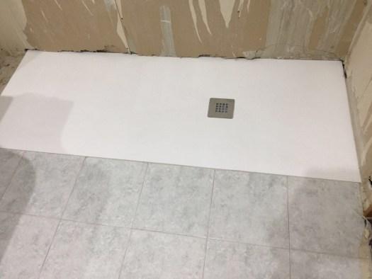 instalación plato de ducha resina