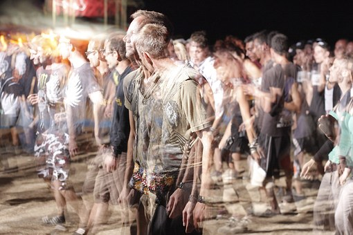 Eine Menschenmenge birgt verschiedenste Typen. Diese werden im MBTI beschrieben und Kategorien zugeordnet