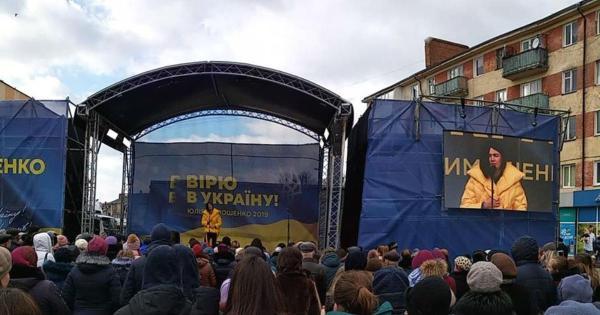 Настя Приходько агітує за Тимошенко, а в партії Порошенка пробачили хлопцю пошкоджений намет: агітація на Волині