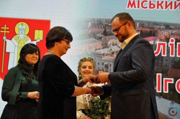 Поліщук дав грамоту голові виборчої комісії, яка оголосила його мером Луцька
