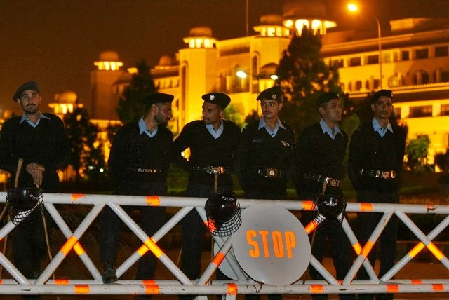 Policemen block the road leading towards the Supreme Court in Islamabad on November 4, 2007 (Reuters)
