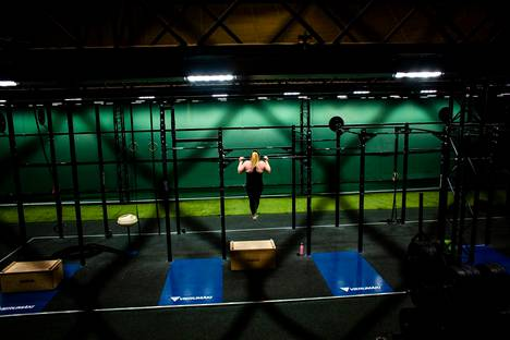 Laura Kaukonen, who is studying to be an exercise instructor, trains in the renovated gym of the bubble hall with modern equipment.