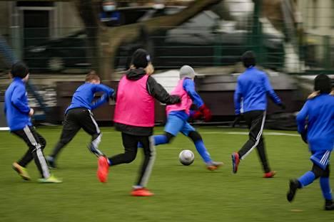 Liikkumisrajoituksia koskeva lakiesitys rinnastaa lasten leikkimisen ja harrastamisen. Alle 12-vuotiaiden jalkapallotreenit voisivat Olympiakomitean tulkinnan mukaan jatkua.