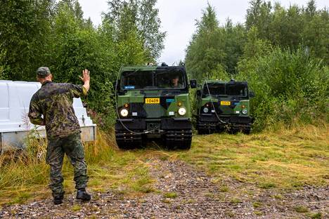 On Friday, the soldiers who arrived from the Kainuu Brigade waited with their tracked vehicles at the edge of the forest for information on where the help would be taken.