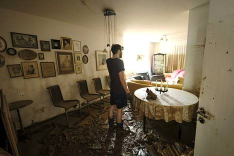 Sophia Kremers 'boyfriend Kilian Reintgen is investigating the damage caused by the water.  Everything is covered in mud.