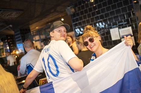 Colleagues Juuso Honkala and Roosa Suonpää recognized the colors of Finland.
