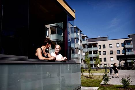 Minna Dahlberg (left) had come to her friend Marita Hakala for coffee at Tikkurila's Peltolantie.  Hakala praises his home corners for being calm.  The house was completed last September.