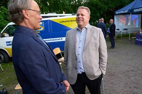 Tomi Salin (left), chairman of Vantaa's basic Finns, and Tuukka Saimen, a successful candidate.