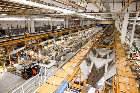 The Post's parcel sorting center has one and a half kilometers of parcel lines.  The packages move on lamella-like slats, and fall into slide-like slides when they reach their destination.