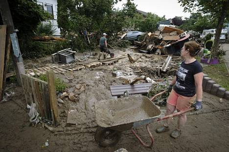 Perceiving the damage caused by floods is difficult.  On the one hand, the streets are still in order, on the other, the power has taken everything with it.