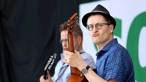Guitarists Jarmo Saari and Teemu Viinikainen.