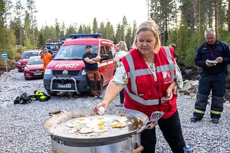 Tuija Puumala from Veteli VPK fried eggs for hungry fire extinguishers on Thursday night.
