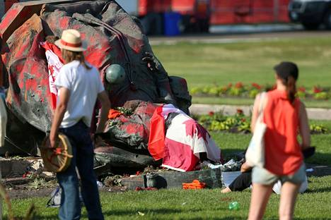 Statue of Queen Victoria knocked down on Canada Day in Winnipeg, Manitoba.