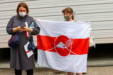 A Belarusian woman was holding a flag when a sprinter arrived at the Polish Embassy in Tokyo.  Krystsina Tsimanouskaya has obtained a humanitarian visa from Poland.