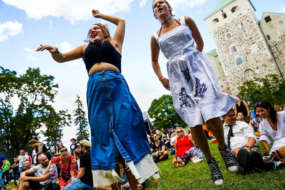 Helsinki residents Veela Valtere and Sirkka Husu danced at the 22-Pistepirkko gig.  Valtere and Husu dance whenever there is a chance and are happy that the festivals were held.