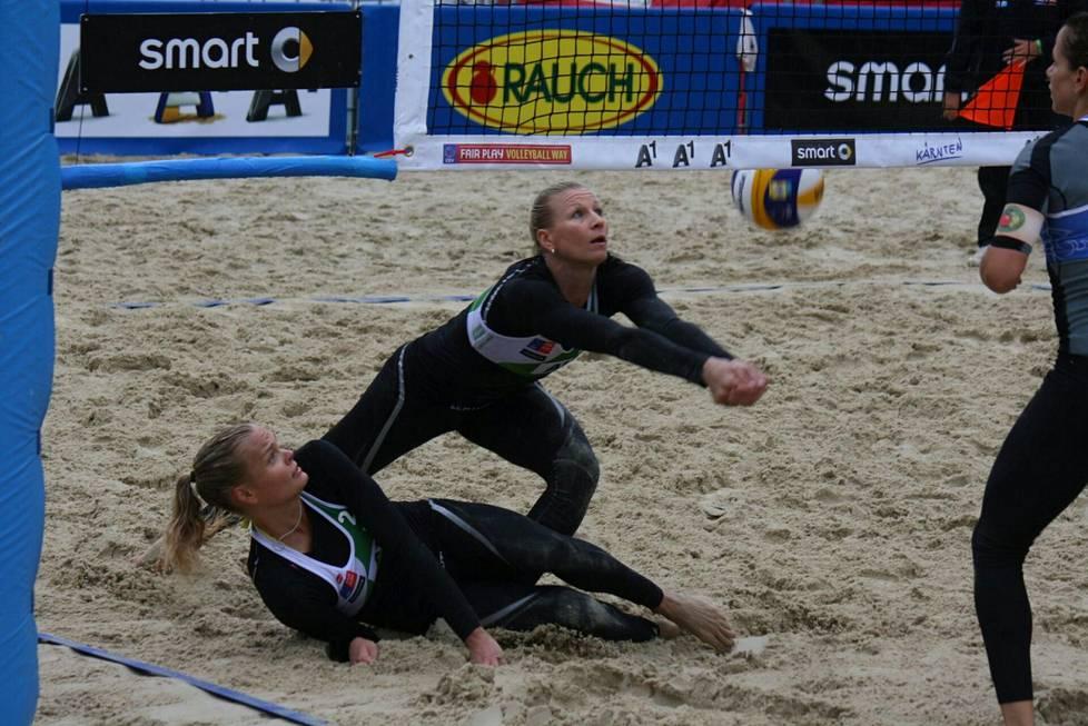 Volleyball player Riikka Lehtonen (right) is satisfied with the development of sportswear.  In 2015, Lehtonen played with Taru Lahti.