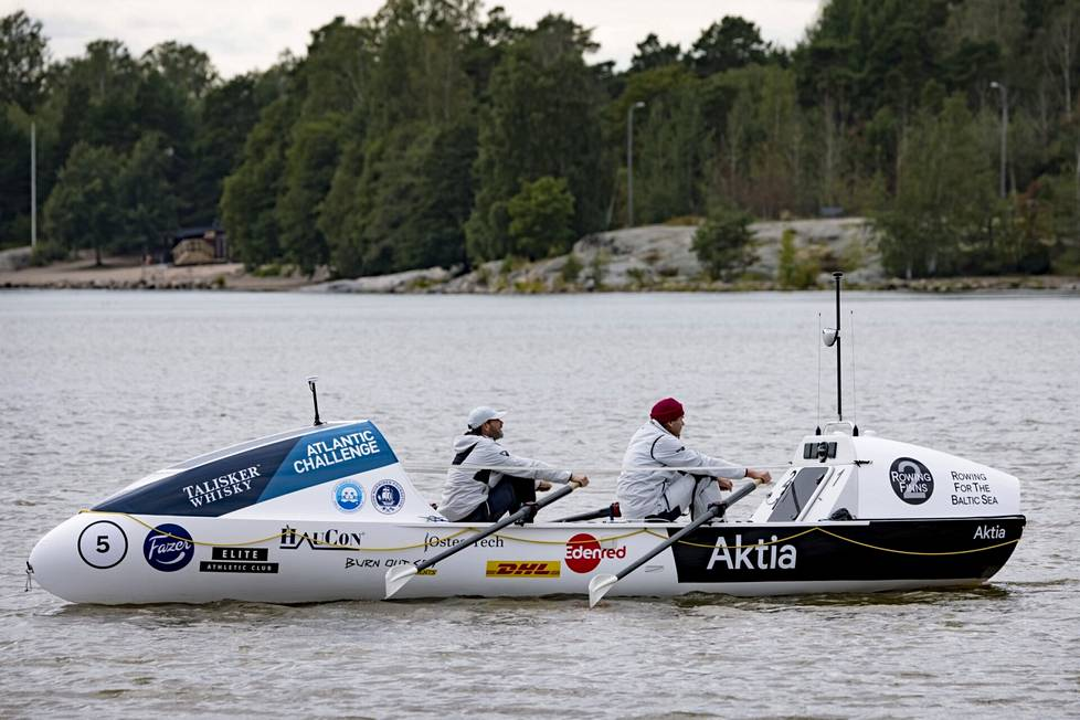 In front of Kulosaari, Markus Mustelin (left) and Jolle Blässar row together, but in the race they row alternately.
