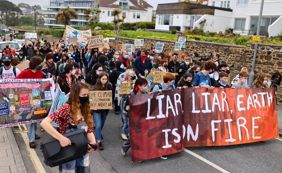 At least more than 500 protesters had arrived in St. Ives, British BBC reports.