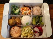 3 Mossubïs, 6 accompagnements dont gratin de légumes (en haut au milieu)