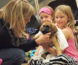 girls at Pets & Pajamas with a puppy