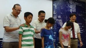 教會為青少年禱告