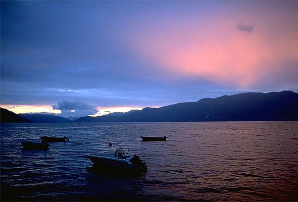 Solnedgang i Hardangerfjorden (Wikimedia commons)