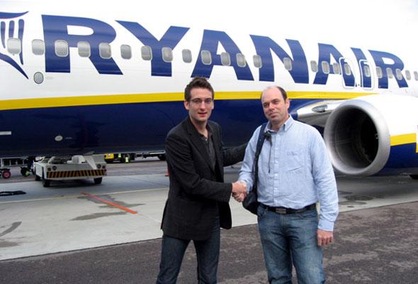 Foto: Ryanairs salgs-og markedssjef for Norden Erik Elmsäter og første London-passasjer fra Rygge, Matthew Reed fra Sarpsborg. (Foto: RSL)