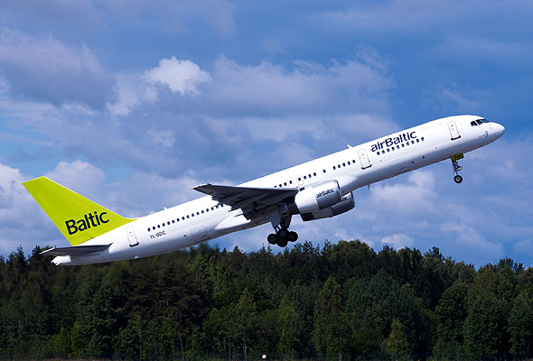 airBaltic-maskin under take-off (Foto: www.airbaltic.com)