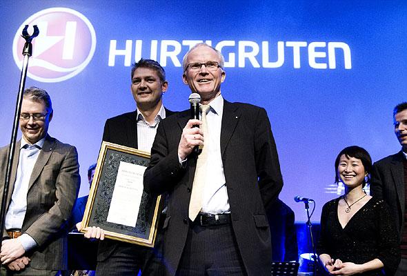 Konsernsjef Olav Fjell og medarbeidere i Hurtigruten under prisutdelingen på HSMAI-prisfesten i januar 2010. Fotograf: Catharina Wandrup/Knut Joner