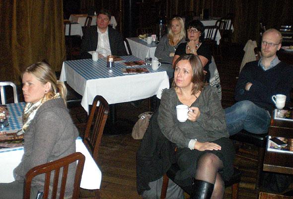 Interesserte tilhørere på Hard Rock Cafe tirsdag morgen. Mobilfoto: Tarjei Gylseth