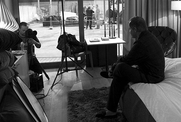 Marcel Leliënhof fotograferer Bjørn Kjos til utstillingen Rom 13 (foto fra The Thief)