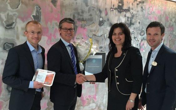 Keep-it Technologies er vinnerne fra Østlandet. Her med regiondirektør i NHO Oslo og Akershus, Nina Solli, og hotelldirektør på Quality Hotel 33, Henrik Ståhl (foto fra Nordic Choice Hotels).