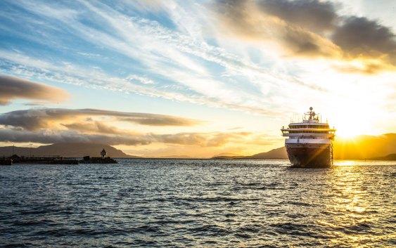 Hurtigruten i solnedgang. Fotograf: Anke Menge.