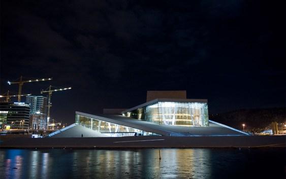 Den norske opera og ballett by night. Fotograf: Erik Berg.