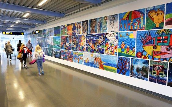 Barnekunst på Oslo Lufthavn. Foto fra Avinor Oslo Lufthavn.