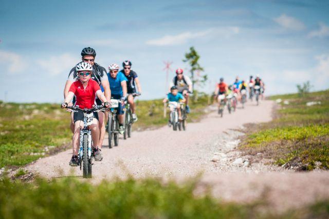 Sykling i Trysil er blitt stort, og det er sykling for hele familien som gjelder. Her fra Fjellrunden, en 13 kilometer lang tilrettelagt grusvei rundt Trysilfjellet. Fotograf: Hans Martin Nysæter/Destinasjon Trysil.