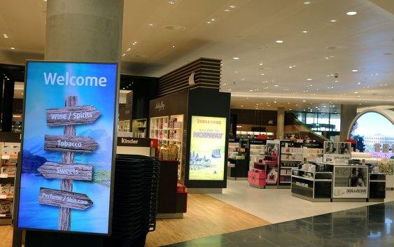 Torsdag 1. september åpnet den splitter nye taxfree-butikken for ankommende utlandspassasjerer på Avinor Oslo Lufthavn. Onsdag var det pressevisning i de nye lokalene, som markerer den første store åpningen i nye Oslo Lufthavn. Foto fra Avinor Oslo Lufthavn.