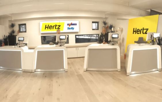Skrankebetjening fra Hertz. Foto fra Hertz.