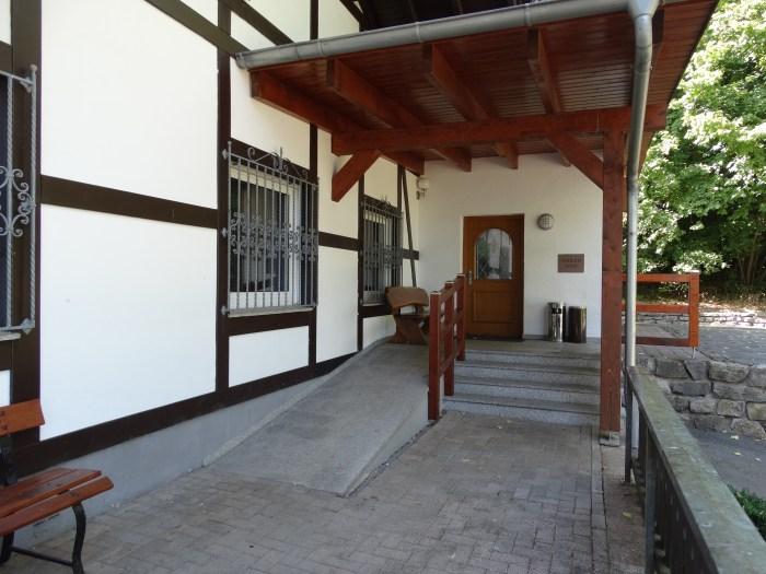 Der Eingang ist barrierefrei gestaltet.