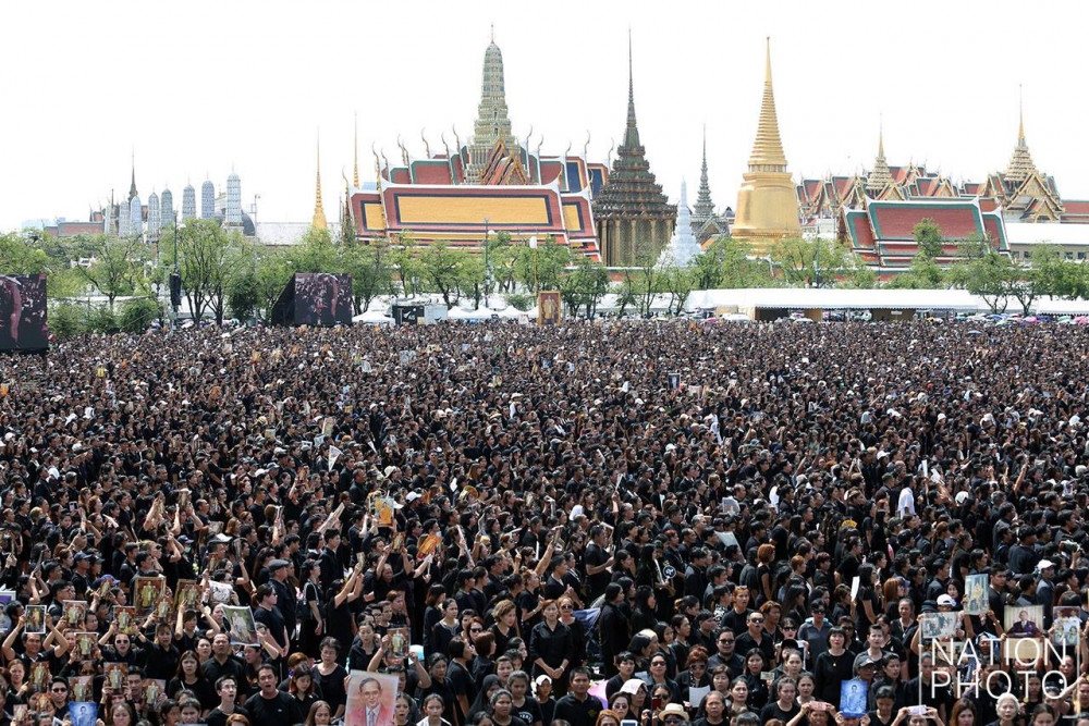 Thousands of mourners also waited in front of the Grand Palace's Viset Chaisri Gate, waiting for their turn to sign the condolence book in the Sala Sahathai Samakhom Pavilion inside the compound. People coming to Sanam Luang are required to go through many security checkpoints set up around the ground. (The Nation)