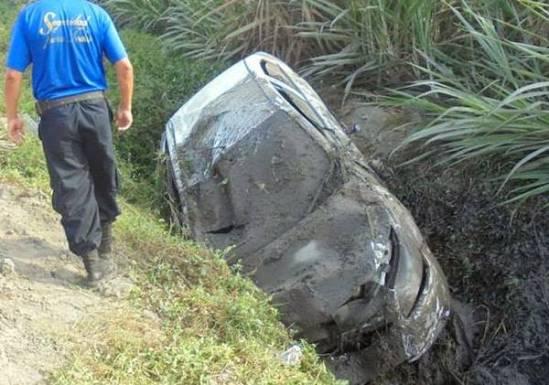auto cae acequia chofer asaltado-Huaralenlinea
