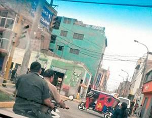 Predican la palabra pero no la cumplen: dos policías viajan en moto sin casco.