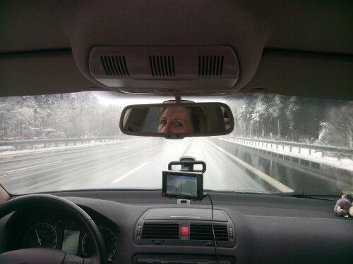 Blick vom Rücksitz auf die freie Autobahn