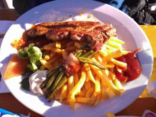 Ein weiteres Essen im Panorama Restaurant Kreuzjoch: Fleisch mit Pommes und Bohnen im Speckmantel