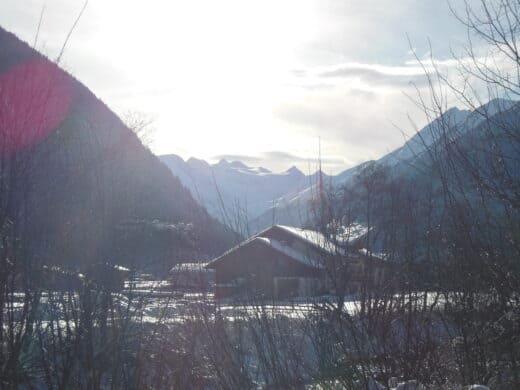 Gegen die Sonne in die Bergspitzen fotografiert